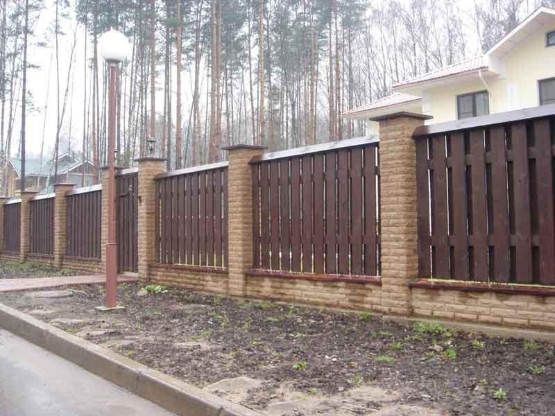 Согласитесь, как не пытаются строители применять для строительства заборов современные материалы, забор из дерева не...